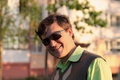 Hommes heureux dans des lunettes de soleil extérieures Images libres de droits