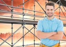 Hommes heureux devant l'échafaudage 3D avec le fond de ville Photo stock