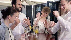 Hommes heureux et femmes buvant des cocktails et ayant l'amusement dehors clips vidéos