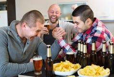 Hommes heureux et ivres armwrestling Photos libres de droits