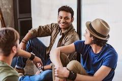 Hommes heureux parlant et riant Images stock