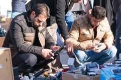 Hommes Irak électronique utilisé de achat Photo stock