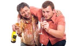 Hommes ivres buvant l'alcool Images libres de droits