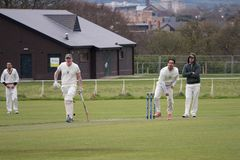 Hommes jouant au cricket sur a dimanche après-midi en parc images stock