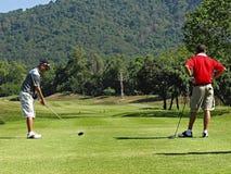 Hommes jouant au golf en Thaïlande image stock