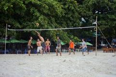 Hommes jouant au volleyball Photos libres de droits