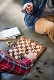 Hommes jouant aux échecs Photo libre de droits