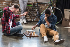 Hommes jouant aux échecs Images stock