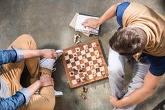 Hommes jouant aux échecs Photo stock