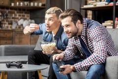 Hommes jouant avec des manettes Photos libres de droits