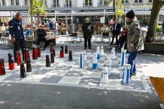 Hommes jouant des échecs dans la ville de Berne Photos libres de droits