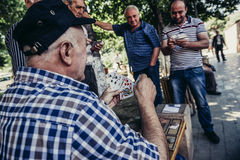 Hommes jouant des cartes Image stock