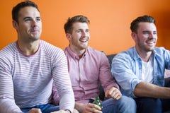 Hommes jouant des jeux vidéo Photographie stock