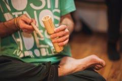 Hommes jouant l'agogo en bois de holz Photographie stock libre de droits