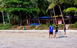 Hommes jouant le football (le football) sur la plage de goa Photos libres de droits