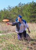 Hommes jouant le frisbee sur un pré vert dans la forêt Photographie stock