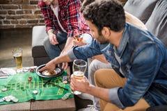 Hommes jouant le jeu de roulette Photo libre de droits