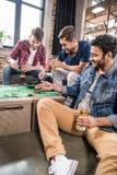 Hommes jouant le jeu de roulette Image libre de droits