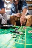 Hommes jouant le jeu de roulette Photographie stock libre de droits