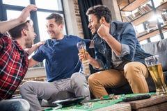 Hommes jouant le jeu de roulette Images libres de droits