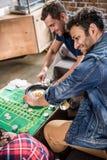 Hommes jouant le jeu de roulette Photos stock