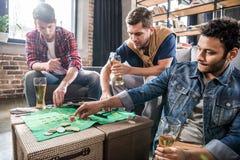 Hommes jouant le jeu de roulette Images stock