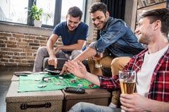 Hommes jouant le jeu de roulette Image stock