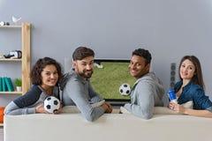 Hommes joyeux et femmes observant le canal de sport Photographie stock libre de droits