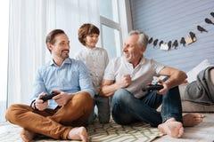 Hommes joyeux gais regardant l'un l'autre Photographie stock