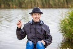 Hommes jugeant l'ampoule électrique Photographie stock libre de droits