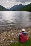 Hommes, lac et montagnes, Photo stock