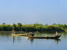 Hommes locaux dans un bateau près de pont d'U Bein, Amarapura, Myanmar Image stock