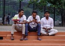 Hommes locaux s'asseyant au temple sacré de relique de dent images libres de droits