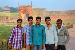 Hommes locaux se tenant dans le fort d'Âgrâ, uttar pradesh, Inde Photos libres de droits