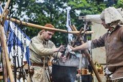 Hommes médiévaux préparant la nourriture Photographie stock libre de droits