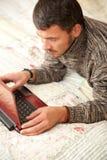 Hommes mûrs travaillant en ligne Images libres de droits
