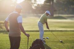 Hommes mûrs de golfeur se tenant sur le champ Photo libre de droits