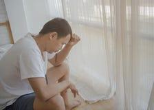 Hommes malades avec des maux de t?te photo libre de droits