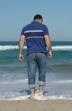 Hommes marchant sur la plage Image libre de droits