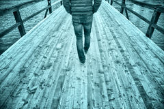 Hommes marchant sur le pont en bois Images libres de droits