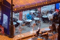 Hommes marocains buvant du thé dans un café de promenade latérale Images stock