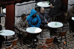 Hommes marocains en café, Marrakech Images stock