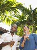 Hommes multi-ethniques avec des bouteilles à bière dehors Photo stock