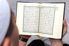 Hommes musulmans lisant Coran Photos libres de droits