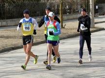 Hommes non identifiés aux 20.000 mètres de promenade de chemin Photos libres de droits