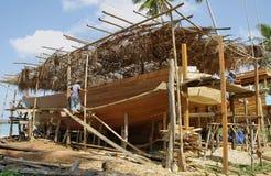 Hommes non identifiés travaillant dans le contruction d'un bateau en bois Image libre de droits