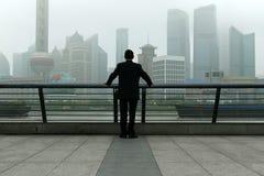 Hommes observant Changhaï, Chine photo libre de droits