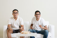 Hommes observant la partie de football à la TV ensemble Photos stock
