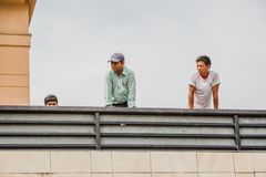 Hommes observant la protestation du haut de la maison Org de rassemblement de protestation photo libre de droits
