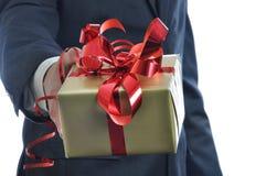 Hommes offrant un cadeau d'isolement sur le fond blanc Photographie stock